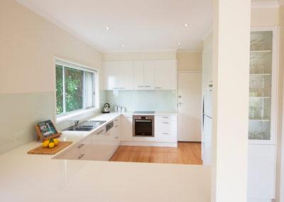 MAIN-laminex-polar-white-silk-caesarstone-ocean-foam-glass-splashback-bosch-oven-60cm-display-cabinet-kitchen-update