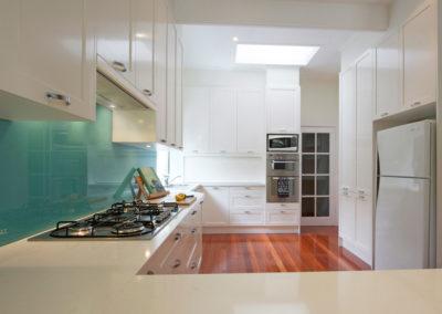MAIN-two-pack-painted-shaker-dulux-berkshire-white-quantum-quartz-carrara-aqua-glass-splashback-kitchen-update