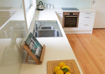 laminex-polar-white-silk-caesarstone-ocean-foam-glass-splashback-bosch-oven-60cm-franke-sink-kitchen-update