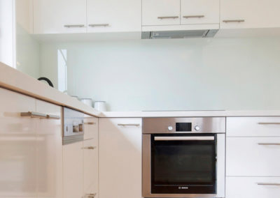laminex-polar-white-silk-caesarstone-ocean-foam-glass-splashback-bosch-oven-60cm-under-bench-slide-out-rangehood-kitchen-update