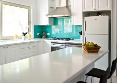 polytec-white-gloss-argentina-aqua-rockpool-glass-splashback-electrolux-double-ovens-qasair-canopy-rangehood-corian-kitchen-update-3