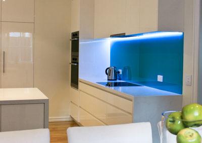 two-pack-gloss-finger-grip-caesarstone-frosty-carrina-turquiose-blue-green-glass-splashback-led-light-kitchen-update