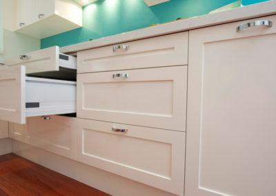 two-pack-painted-shaker-dulux-berkshire-white-blum-tandembox-drawers-aqua-glass-splashback-kitchen-update