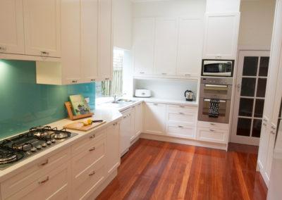 two-pack-painted-shaker-dulux-berkshire-white-quantum-quartz-carrara-aqua-glass-splashback-tambour-roller-appliance-cabinet-kitchen-update-2