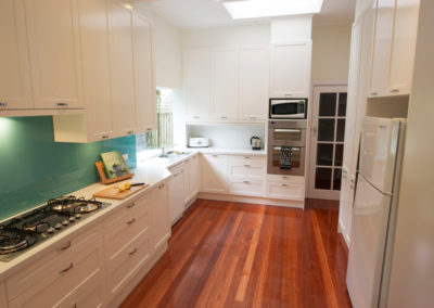two-pack-painted-shaker-dulux-berkshire-white-quantum-quartz-carrara-aqua-glass-splashback-tambour-roller-appliance-cabinet-kitchen-update