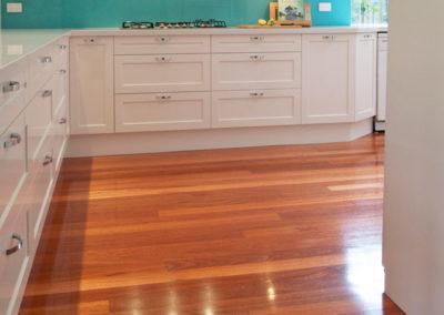 two-pack-painted-shaker-dulux-berkshire-white-timber-floor-drawers-aqua-glass-splashback-kitchen-update