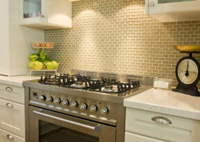 two-pack-painted-shaker-hog-bristle-glass-overhead-cabinets-freestanding-cooker-qasair-undermount-rangehood-kitchen-update